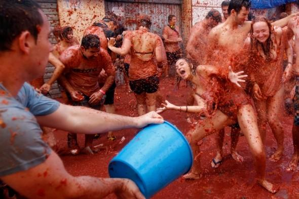 Tourists flock to tomato-throwing festival in Spain