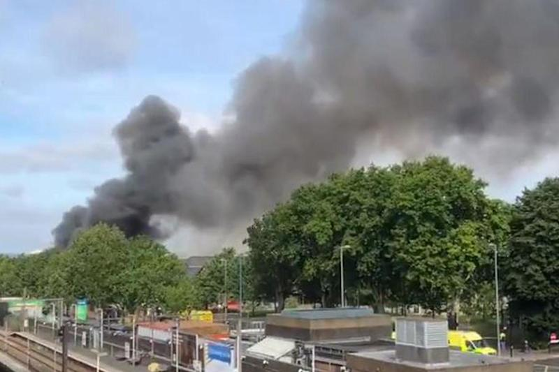Smoke rising from The Mall in Walthamstow (@DelangeAlex)