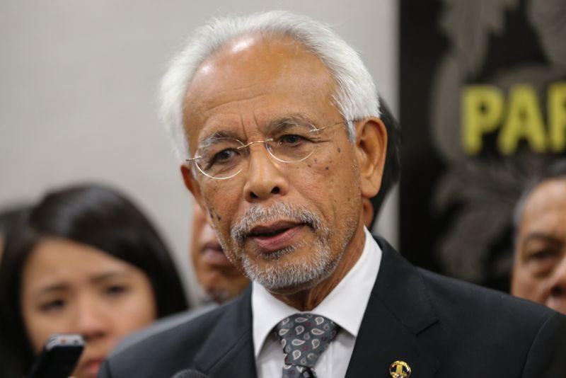 Tan Sri Shahrir Samad denounced the slew of lawmakers who recently quit Umno for the ruling Pakatan Harapan as treasonous liars with no qualms on taking the 'back door' route to protect their self-interests. ― Picture by Ahmad Zamzahuri
