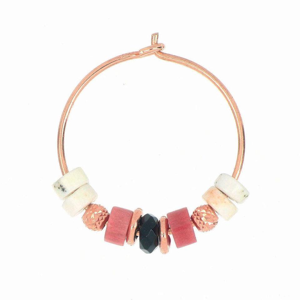 """<p>D'argento 925 galvanica oro rosa con pietre, <strong>Maman et Sophie</strong> (55 euro).</p><p><a class=""""link rapid-noclick-resp"""" href=""""https://mamanetsophie.it/products/earrings/orecchino-rosa-piccolo"""" rel=""""nofollow noopener"""" target=""""_blank"""" data-ylk=""""slk:ACQUISTA ORA"""">ACQUISTA ORA</a></p>"""