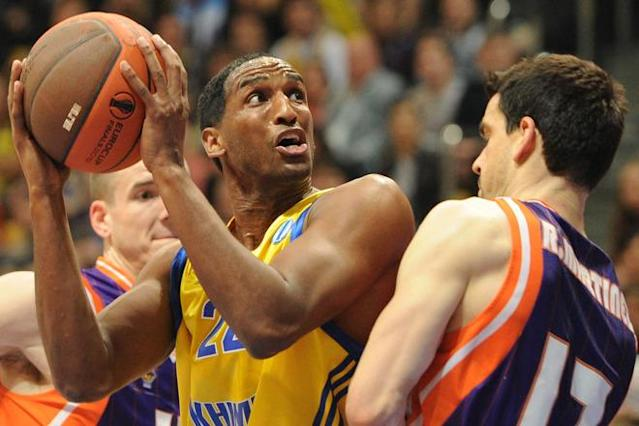 Valencia's Rafa Martinez (R) vies with BC Khimki's Thomas Kelati during the Eurocup final basketball match between BC Khimki and Valencia in Khimki, outside Moscow on April 15, 2012. AFP PHOTO / KIRILL KUDRYAVTSEV