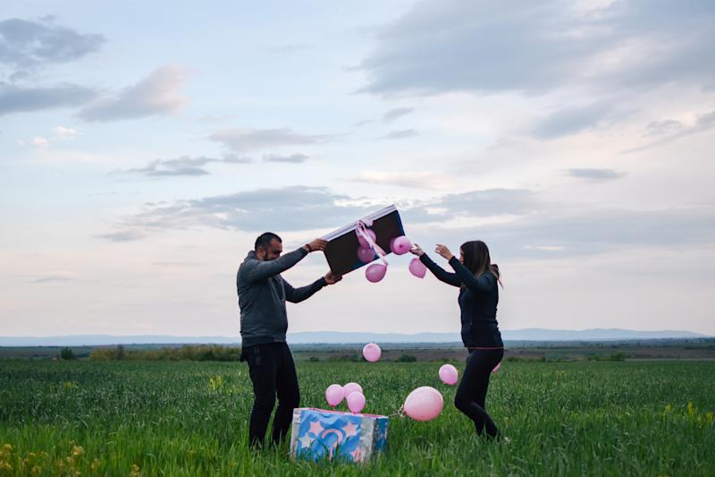 Bunte Luftballons aus einer Box aufsteigen zu lassen, gehört noch zu den harmlosen Varianten einer Gender Reveal Party (Bild: Getty Images)