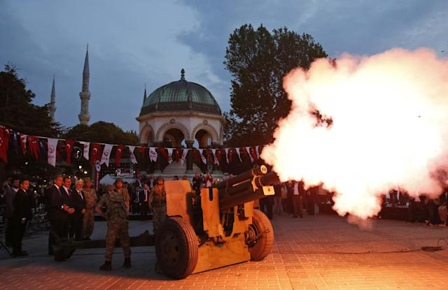 <p>A Turkish army artillery unit marks the end of fasting in the historic Sultanahmet district of Istanbul, Turkey, May 27, 2017. (AP Photo/Lefteris Pitarakis) </p>