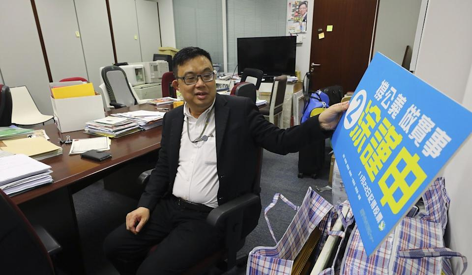 James To packs up his belongings at Legco after announcing his resignation. Photo: Dickson Lee