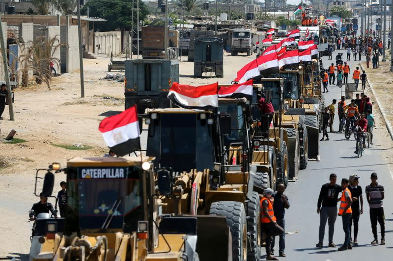 Egypt sends building equipment to Palestinians in Gaza Strip