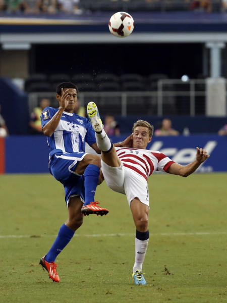 Honduras' Andy Najar (14) and United States' Stuart Holden (11) battle for control of the ball during the first half of the Gold Cup semifinals at Cowboys Stadium, Wednesday, July 24, 2013, in Arlington, Texas. (AP Photo/Brandon Wade)