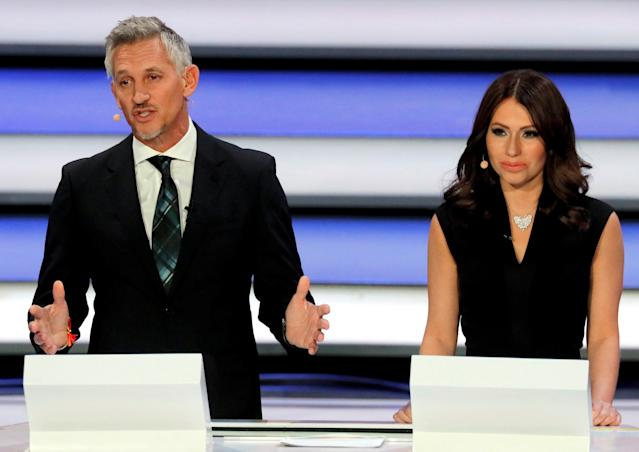 World Cup Draw hosts Gary Lineker (left) and Maria Komandnaya. (EFE)