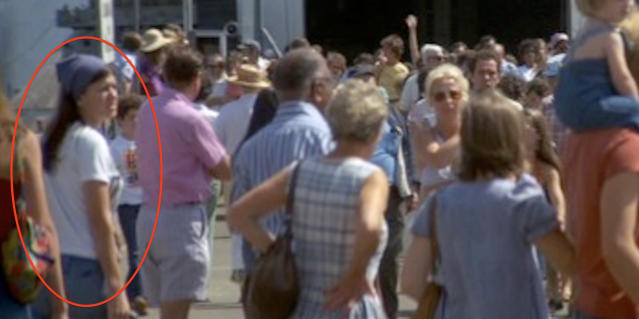 """A crowd scene in <i>Jaws</i> features a woman (at left) who novelist Joe Hill believes might be the Lady of the Dunes. (Photo: Universal Pictures via <a href=""""http://joehillsthrills.tumblr.com/post/126865229352/the-lady-the-shark"""" data-ylk=""""slk:Joe Hill/Tumblr"""" class=""""link rapid-noclick-resp"""">Joe Hill/Tumblr</a>)"""