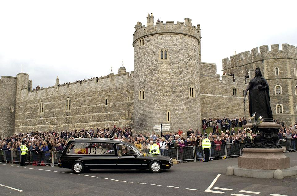 403604 02: The hearse carrying the coffin of the Queen Mother arrives at Windsor Castle after her funeral service in London April 9, 2002 in Windsor. (Photo by Julian Herbert/Getty Images)