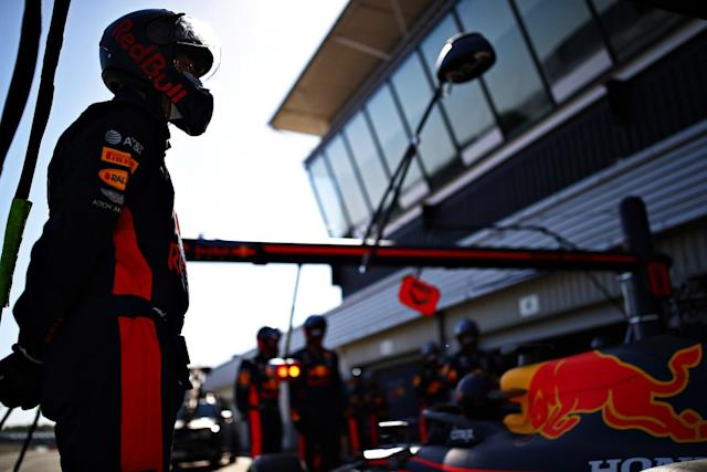 "Un miembro de Red Bull Racing en el pitlane <span class=""copyright"">Red Bull Content Pool</span>"