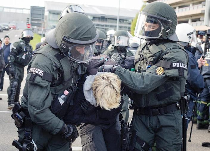 Hundreds of anti-fascist demonstrators rallied outside Alternative fur Deutschland's convention centre on April 30, 2016 as police took some 400 activists into custody (AFP Photo/Christoph Schmidt)