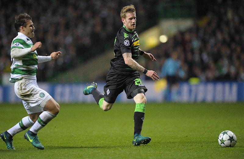 Monchengladbach's midfielder Andre Hahn (R) runs past the Celtic defence during the UEFA Champions League Group C football match between Celtic and Borussia Monchengladbach at Celtic Park stadium in Glasgow, Scotland on October 19, 2016 (AFP Photo/Andy Buchanan                       )