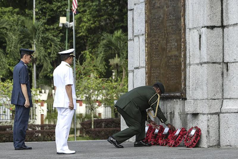 Members of the Malaysia Armed Forces laying paper poppy wreaths at the base of the National Monument's cenotaph, during the Armistice Centennial Service in Kuala Lumpur, November 11, 2018. — Picture by Azneal Ishak