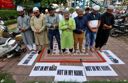Muslims offer prayers as they take part in a protest against the recent cases of mob lynchings of Muslims who were accused of possessing beef, in Kolkata, India June 28, 2017. REUTERS/Rupak De Chowdhuri