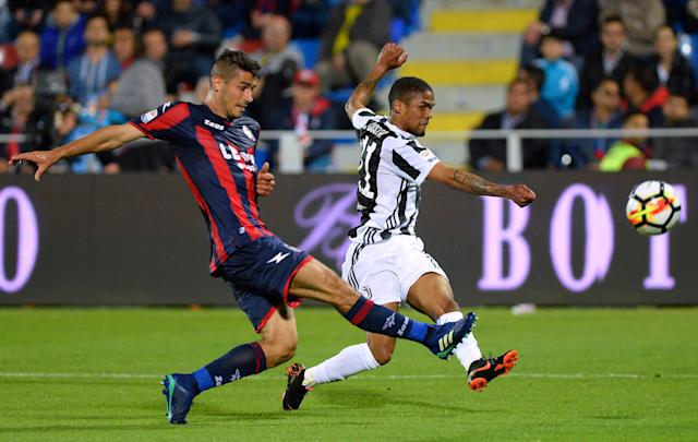 Soccer Football - Serie A - Crotone vs Juventus - Ezio Scida Municipal Stadium, Crotone, Italy - April 18, 2018 Juventus' Douglas Costa in action with Crotone's Davide Faraoni REUTERS/Massimo Pinca