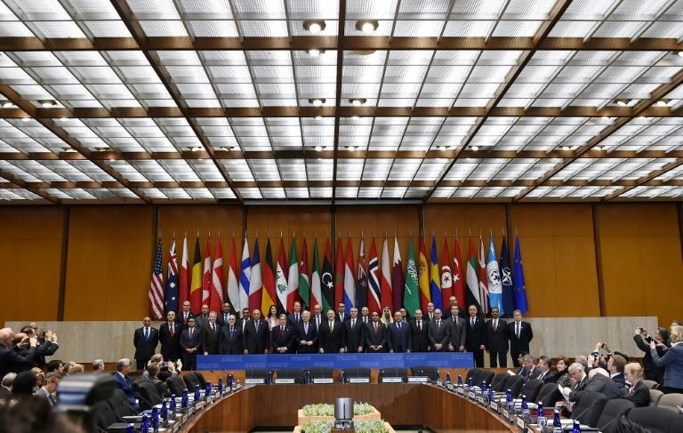 Senior officials of more than 30 countries pose before talks in Washington on fighting the Islamic State group (AFP Photo/Olivier Douliery)