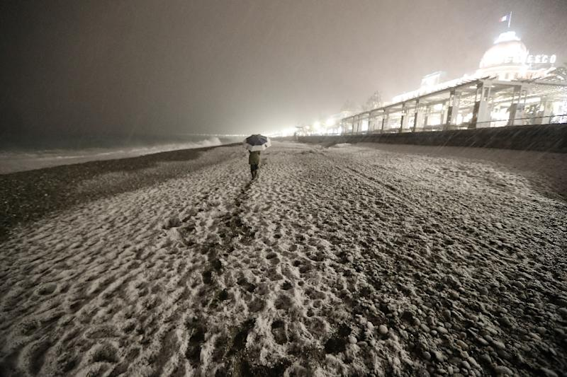 The cold weather did not spare even Mediterranean beaches, with a thick blanket of snow covering the Promenade des Anglais in Nice (AFP Photo/VALERY HACHE)