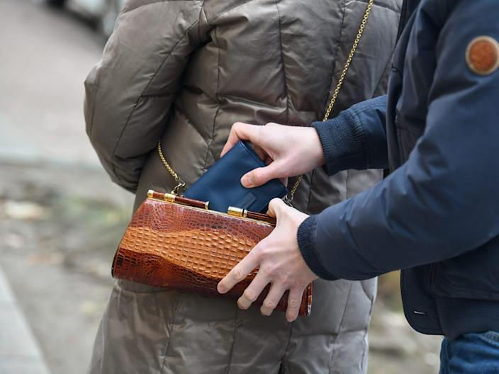 "Pickpocketing, senior, raid, Taschendiebstahl, Seniorin, Ueberfall. <p class=""copyright"">Bildagentur-online/Universal Images Group via Getty Images</p>"