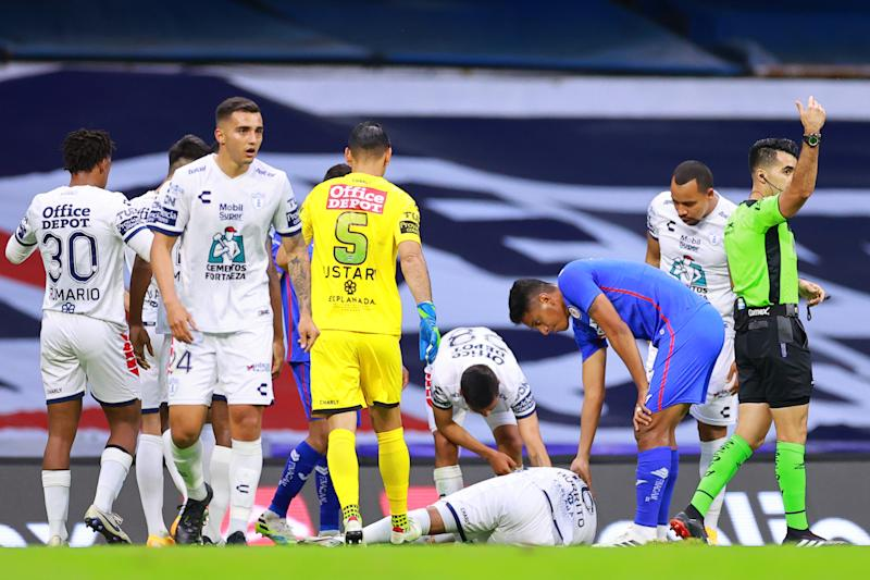 MEXICO CITY, MEXICO - SEPTEMBER 09: Jorge Hernandez #16 of Pachuca reacts after an injury during the 9th round match between Cruz Azul and Pachuca as part of the Torneo Guard1anes 2020 Liga MX at Azteca Stadium on September 09, 2020 in Mexico City, Mexico. (Photo by Hector Vivas/Getty Images)