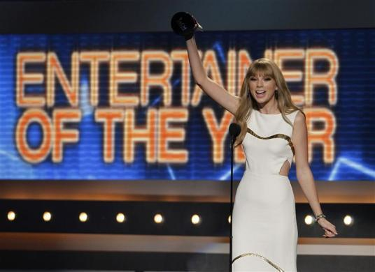 Taylor Swift accepts the award for entertainer of the year at the 47th annual Academy of Country Music Awards in Las Vegas, Nevada, April 1, 2012.