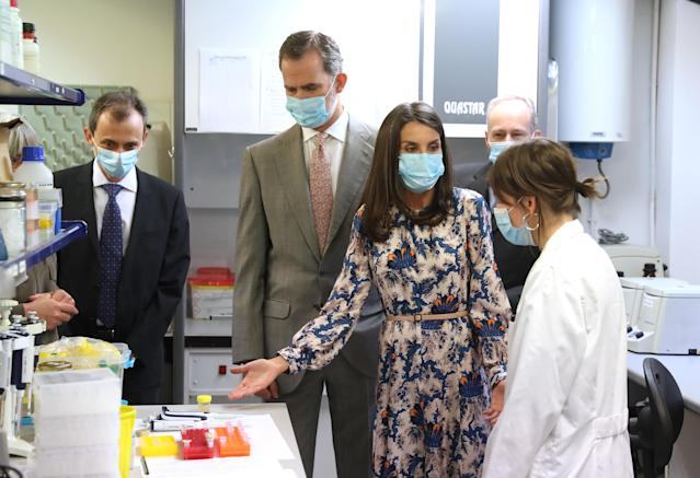 King Felipe and Queen Letizia of Spain visit the natural sciences museum and wear coverings. (Getty Images)