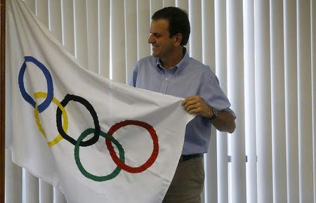 FILE PHOTO - Rio de Janeiro's Mayor Eduardo Paes poses with an Olympic flag at his office after an interview with Reuters, in Rio de Janeiro, Brazil August 4, 2015. REUTERS/Ricardo Moraes/File Photo