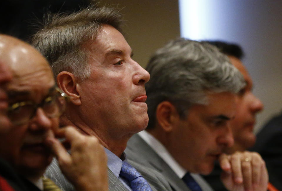 Brazilian tycoon Eike Batista (2nd L) attends his court hearing between his lawyers during testimonies in Rio de Janeiro November 18, 2014. Batista, once one of the Brazil's richest men, is defending accusations of insider trading and stock market manipulation, according to local media.     REUTERS/Ricardo Moraes (BRAZIL - Tags: BUSINESS CRIME LAW)