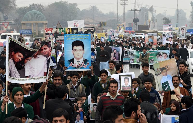 Pakistani relatives of schoolchildren killed in a Taliban attack on the Army Public School (APS) protest against delays in the investigation in Peshawar on February 7, 2015 (AFP Photo/A Majeed)