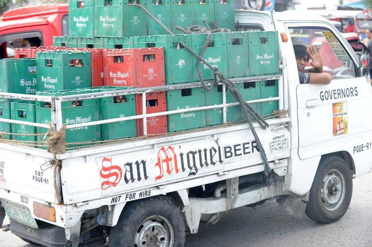 A man delivers San Miguel beer products in Manila on April 4, 2012. San Miguel's consolidated net profits surged 57 percent to 27.6 billion pesos ($677.55 million) last year, boosted by strong turnover from new businesses