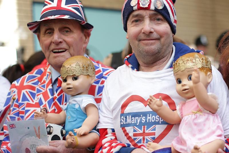 Happy royal fanatics waited outside St. Mary's Hospital in London for the news (AFP Photo/Daniel LEAL-OLIVAS)