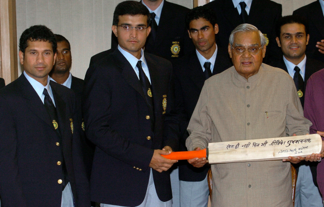 <p>Vajpayee with the Indian cricket team ahead of the historic Pakistan tour in 2004. </p>