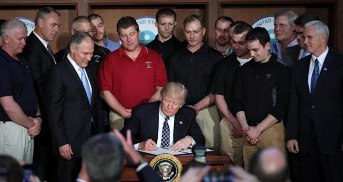 President Donald Trump signs an executive order eliminating Obama-era climate change regulations at the Environmental Protection Agency in Washington on March 28, 2017. (Photo: Carlos Barria/Reuters)