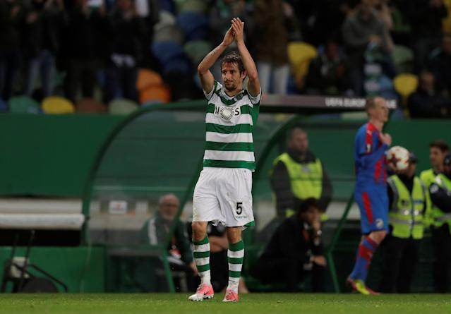 Soccer Football - Europa League Round of 16 First Leg - Sporting CP vs Viktoria Plzen - Estadio Jose Alvalade, Lisbon, Portugal - March 8, 2018 Sporting's Fabio Coentrao applauds the fans as he is substituted REUTERS/Rafael Marchante