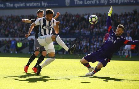 Britain Football Soccer - West Bromwich Albion v Southampton - Premier League - The Hawthorns - 8/4/17 West Bromwich Albion's Hal Robson-Kanu in action with Southampton's Fraser Forster Action Images via Reuters / Peter Cziborra Livepic