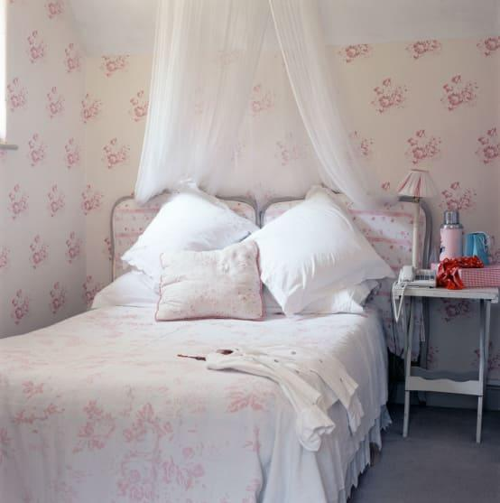 <p>Given how easy it is to hang and replace, wallpaper is a natural choice for any kid's bedroom that needs to be fun, engaging and attractive. More than just aesthetically pleasing, wallpaper is also available in a multitude of washable finishes, which will allow for crayon marks to be removed as easily as grubby hand prints.</p><p>When children are young, primary brights and fun motifs can be applied to their bedroom walls, in the form of wallpaper and as they grow and develop their own tastes, more sophisticated designs can be selected.</p>  Credits: homify / Cabbages & Roses