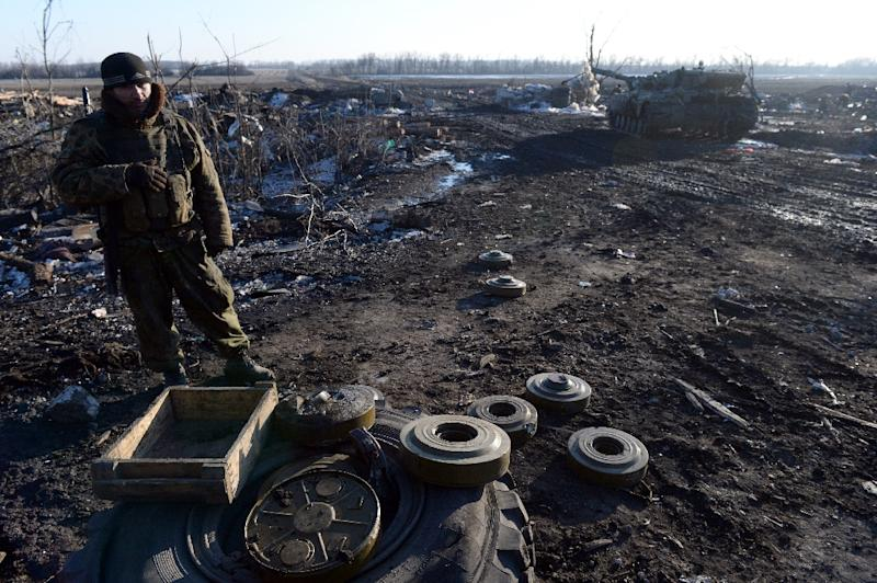Pro-Russian rebel stand next to mines near the eastern Ukrainian city of Debaltseve in the Donetsk region, on February 20, 2015 (AFP Photo/Vasily Maximov)