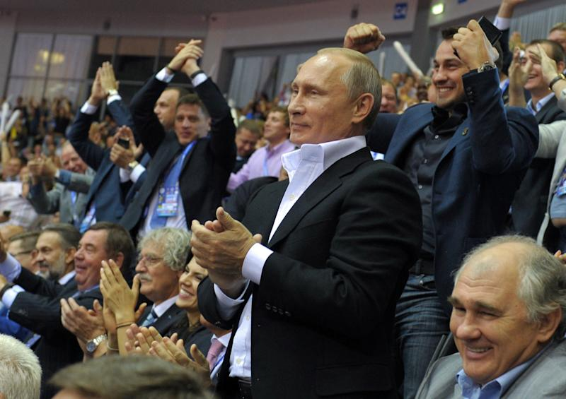 Russian President Vladimir Putin applauds on August 31, 2014 while attending the World Judo Championships in Chelyabinsk (AFP Photo/Alexey Druzhinin)