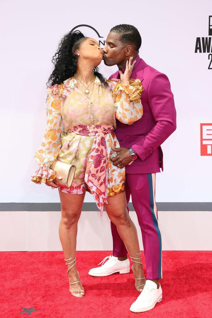 (L-R) Tammy Collins and Kirk Franklin kissing at the BET Awards 2021