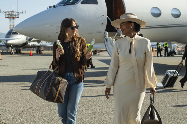 Dakota Johnson stars as Maggie Sherwoode and Tracee Ellis Ross as Grace Davis in The High Note, a Focus Features release. (Glen Wilson / Focus Features)