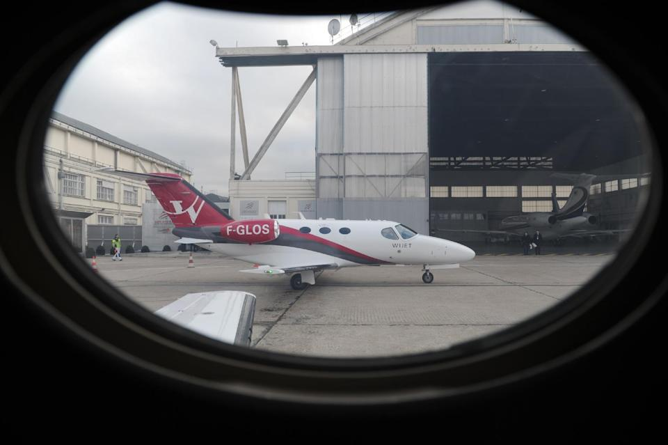 An aircraft stands on the tarmac at Le Bourget Airport on February 4, 2014 (AFP Photo/Eric Piermont)