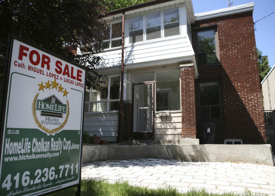 A real estate sign is seen on front of a house in Toronto June 19, 2009.     REUTERS/Chris Roussakis (CANADA BUSINESS)
