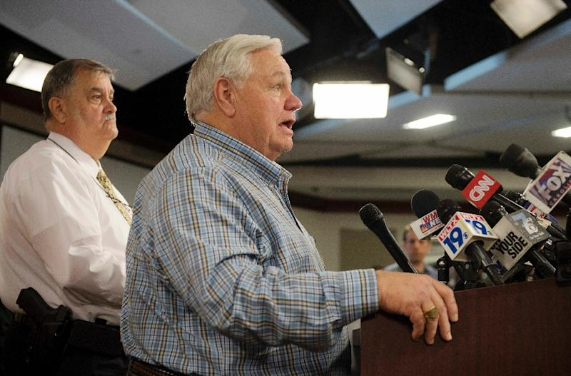 North Charleston Mayor R. Keith Summey (C) and Police Chief Eddie Driggers (L) speak during a press conference at City Hall in Charleston, South Carolina on April 8, 2015 (AFP Photo/Jim Watson)