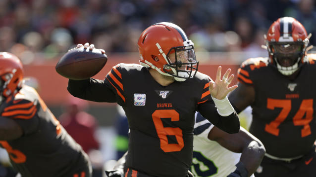 Browns quarterback Baker Mayfield briefly left Sunday's game with a left hip injury. (AP Photo/Ron Schwane)