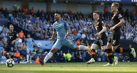 Britain Football Soccer - Manchester City v Hull City - Premier League - Etihad Stadium - 8/4/17 Manchester City's Sergio Aguero in action with Hull City's Michael Dawson and Andrew Robertson Action Images via Reuters / Ed Sykes Livepic