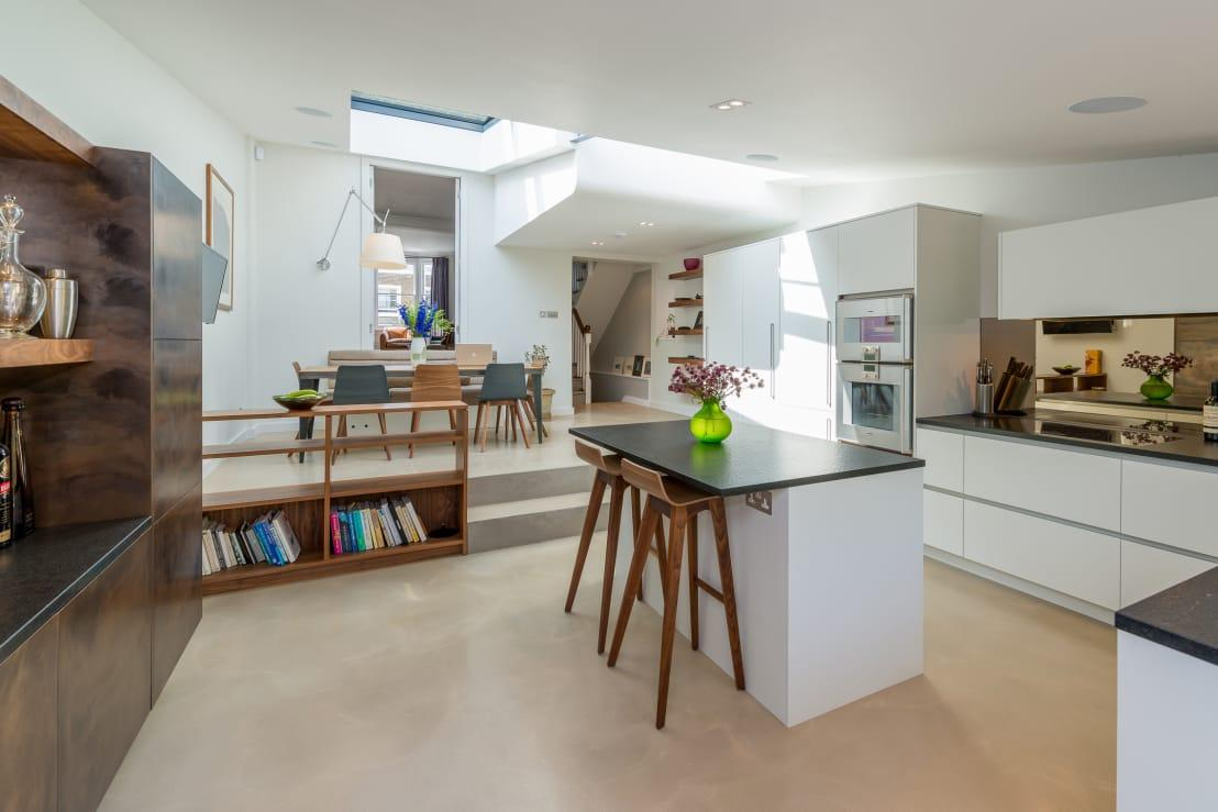 <p>Just because L-shaped kitchens are naturally great for displaying bulky items on the counters, it doesn't mean that they have to be used in that way. In fact, a minimal scheme works terrifically well within an L-shaped context and size really doesn't matter.</p><p>It can be tempting to fill a large room with more furniture or cabinetry than is needed, but by aligning with an L-shaped design, the clean lines, airiness and generous proportions of a kitchen can be amplified and enjoyed. Take this room as a prime example. There's a plethora of room, which could have all been swallowed up by extra cupboards, but by installing the storage and counters in an L-shape, the centre of the room is left free and clear for a stylish island and a pared back finish. It simply works so well.</p>  Credits: homify / Will Eckersley