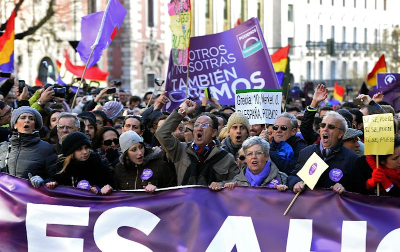 """Demonstrators chant and wave flags during the """"March for Change"""" planned by left-wing party Podemos, on January 31, 2015 in Madrid (AFP Photo/Gerard Julien)"""