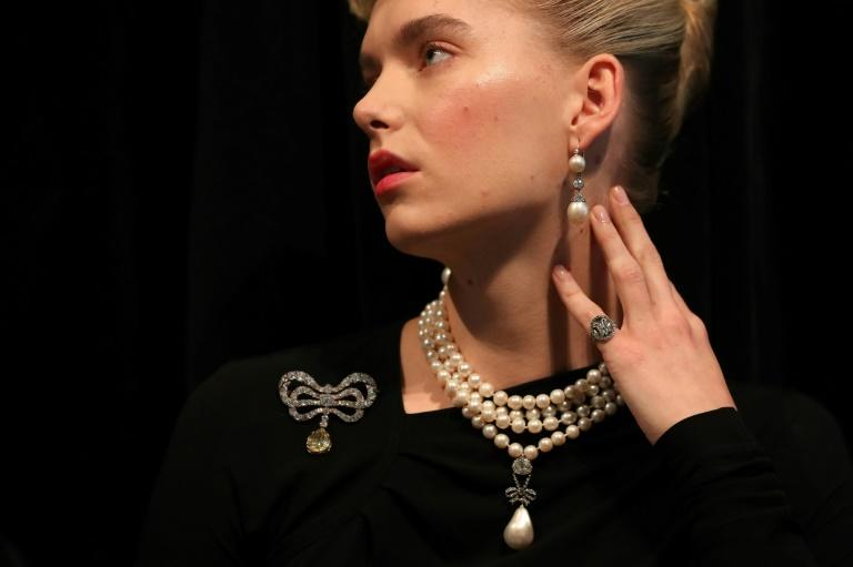 The auction at a luxury hotel in Geneva saw feverish bidding for a 10-piece collection owned by Marie Antoinette, featuring jewels unseen in public for two centuries