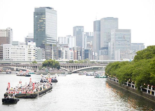 ▲Tourist boats along the river. Some boats can fit around 300 people (© Osaka Convention & Tourism Bureau)