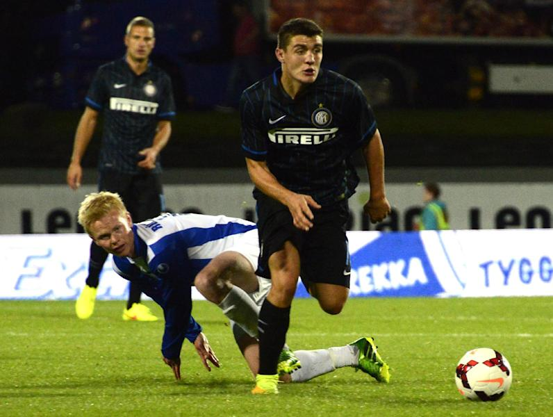 Inter Milan's Mateo Kovacic (R) breaks a tackle from Stjarnan's Thorri Geir Runarsson during their UEFA Europa League play-off match, at the Laugardalsvollur stadium in Reykjavik, on August 20, 2014 (AFP Photo/Halldor Kolbeins)