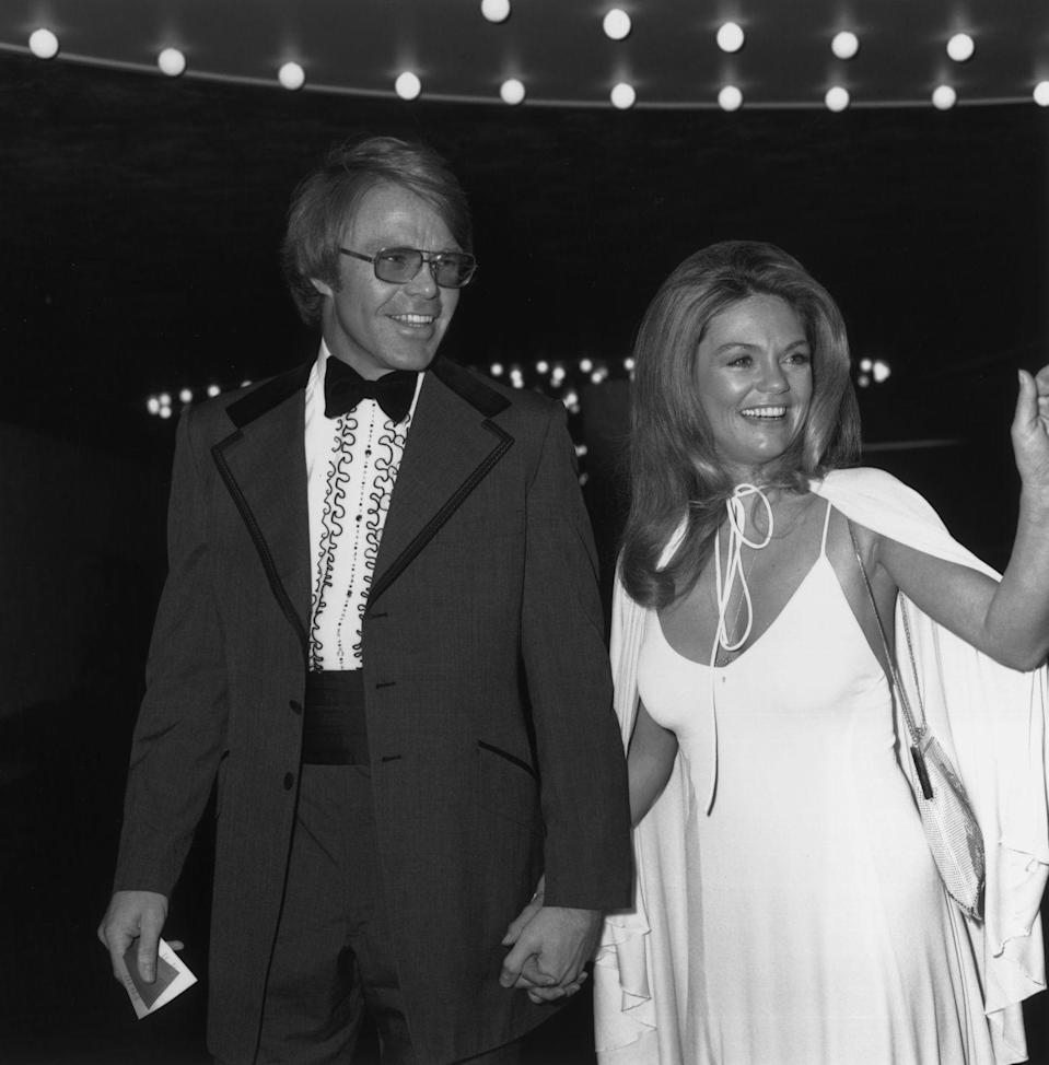 <p>Dyan arrived at the 1973 Golden Globes carpet in a phenomenal spaghetti strap white gown with matching cape. Brava. </p>